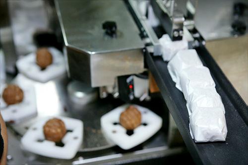 4.機械にホドゥクァジャをひとつずつ入れて紙包装する