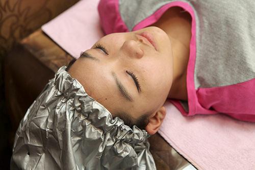 頭皮スチーマー頭皮にスチーマーを当て、暖めることで血行を良くし、角質が落ちやすくするように働きかけます。