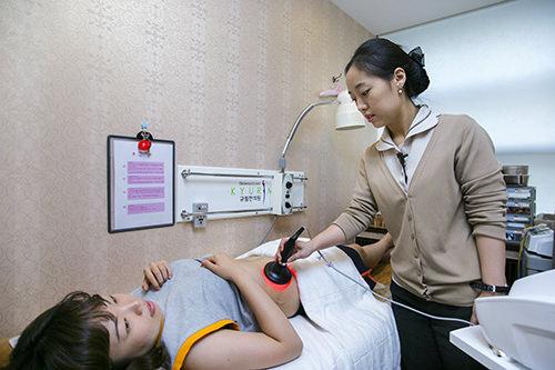 3.リポドン振動数の多い超音波を利用して皮下脂肪を分解していく治療。腹部や太もも、腕など脂肪の多い部分に適しています。