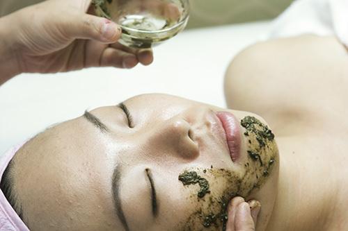 天然薬草鍼天然薬草成分で角質除去を促して真皮と表皮を再生させます。くすんだ肌も、透明感のある肌に。