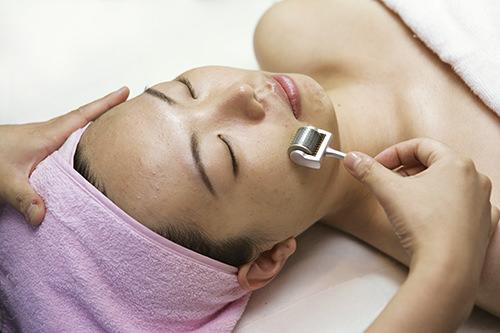 MTS専用のローラーを用いて肌に栄養剤を浸透させます。
