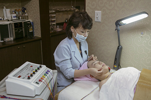 8.美容鍼鍼に電流を流すことで顔の筋肉をほぐします。どの部位に鍼を打つかは、治療内容によって異なります。