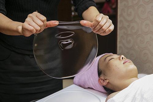 10.2次パックゼリー状の韓方パックで仕上げ。ひんやり冷たく、肌を沈静させ韓方の栄養分が美肌を作ります。