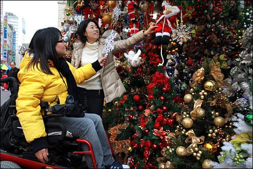 「クリスマスにツリー飾ります?」「息子が兵役中だからねえ」「ええっ!」