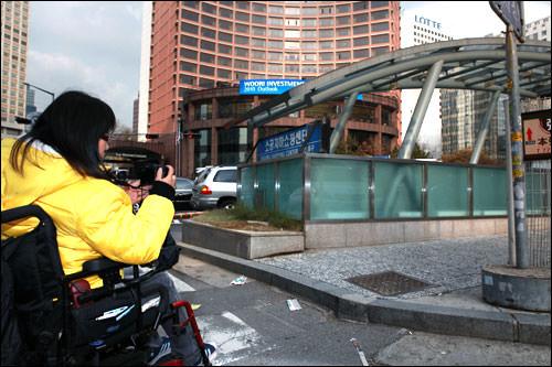カメラに収めてソウル市に申し入れをする