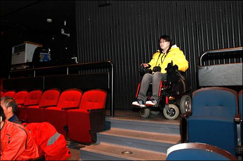 車椅子専用席はない