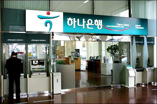 営業1部店。入口にはグローバルATM機もあり