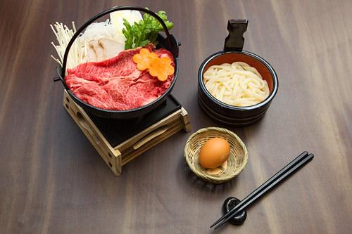 鍋に美しく盛られた野菜と韓牛