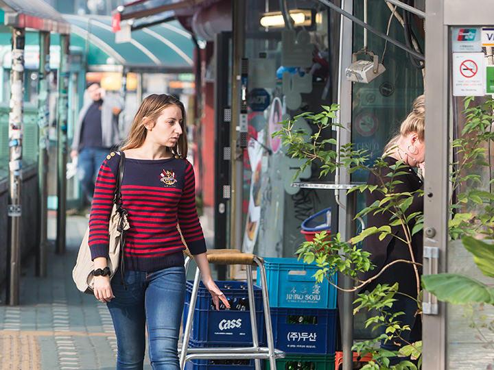 外国人居住者が多い梨泰院エリアだけに、お店だけでなく道行く人も多国籍。