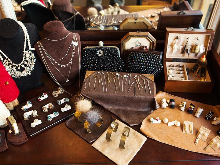 MY金銀宝貨(マイ・クムンポファ) (地図赤2)シンプル・ゴージャス・アンティークと、多様なテイストの個性的なアクセサリーが手に入るお店。ハンドメイドから海外買付品まで扱っており、30~40代の女性から支持を得ています。