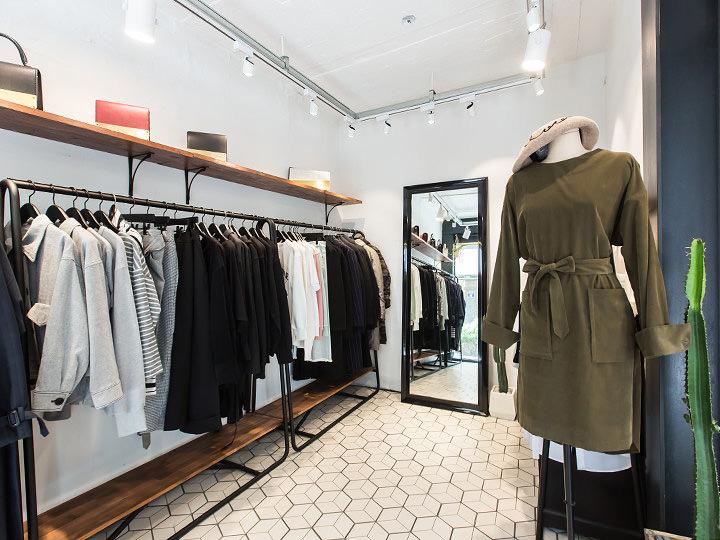 LEIT(レイト) (地図赤3)良質な素材を使ったシンプルカジュアルテイストの洋服や、バッグ・財布などのファッション小物を扱うセレクトショップ。男性用・女性用ともに購入できるので、デートで立ち寄るのもGood!