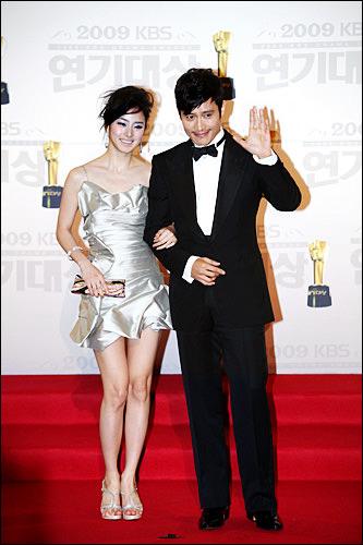 左からキム・テヒ(チェ・スンヒ)&イ・ビョンホン(キム・ヒョンジュン)