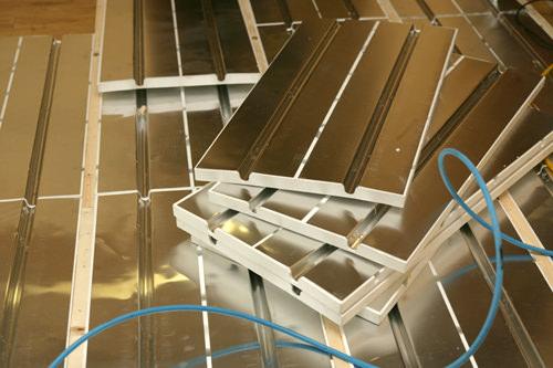 1.溝のあるアルミパネルを床に敷いていく