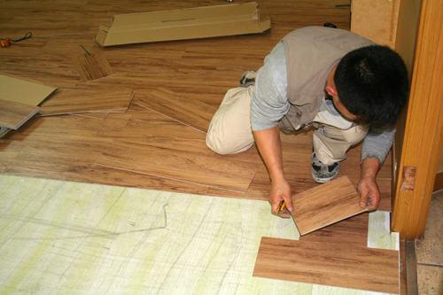 4.防熱板の上に接着剤を塗り、床材を貼れば完成