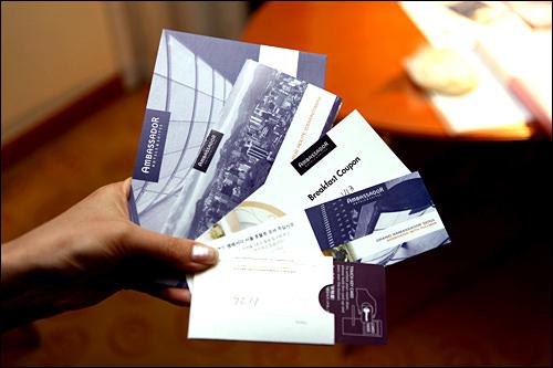 カードキー(手前)のカード面には部屋番号の記載がないので注意