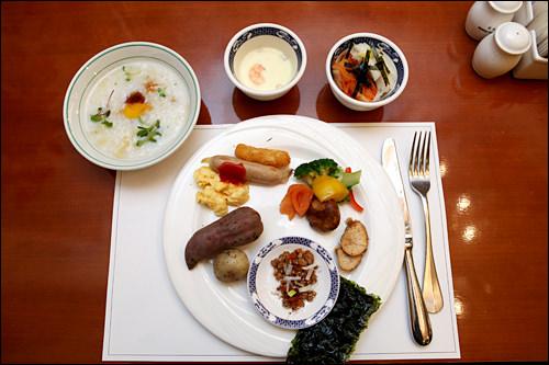 納豆や漬物、お粥など韓国料理以外のメニューも豊富