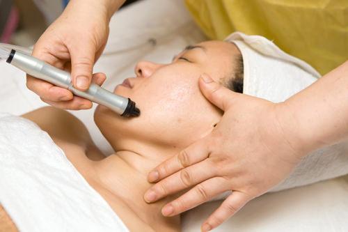 2.アクアピーリング専用機器で顔全体の皮脂や老廃物を吸引。小鼻のブラックヘッドやTゾーンを集中ケア。