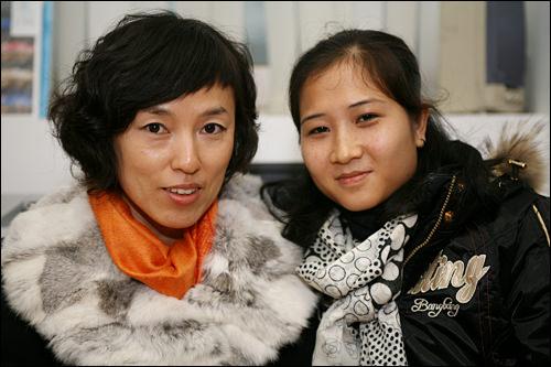 チョンさん(左)とウォンさん(右)