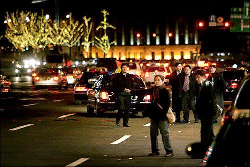 タクシー難民で溢れる夜の街