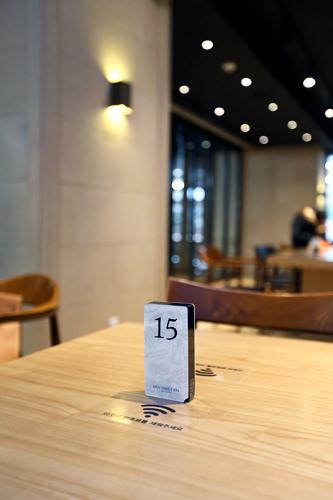 どこに座っていても注文の料理がやってきて便利