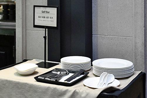 必要な食器類はフードコートの一角に設置されたセルフコーナーから