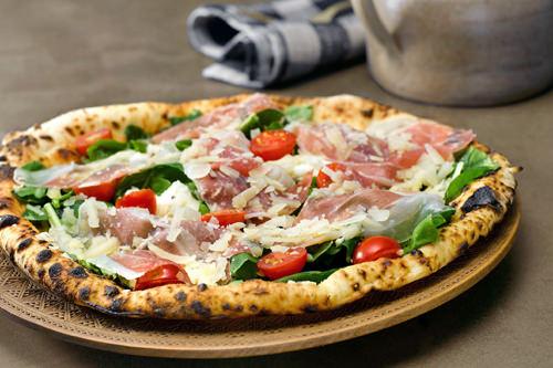梨泰院にある「PIZZERIA D'buzza(ピッツェリア・デブッツァ)」は釜焼きの本格ピザを販売。写真はトリネーゼピザ(21,000ウォン)。