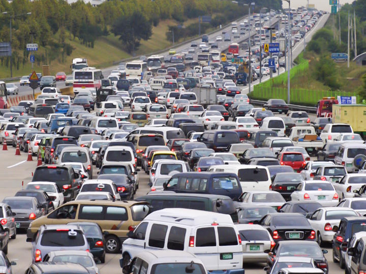 「魔の渋滞」が続く高速道路