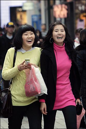 タンバルモリ(左の女性)いわゆる「おかっぱ」。パーマやカラーリングで変化を出す人も。前髪は厚めに残すのが人気