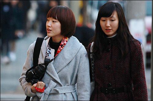 ケンニッ(エゴマの葉)モリ(右の女性)エゴマの葉の曲線のように、前髪を斜めに流すスタイル