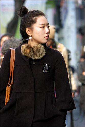 サントゥ(まげ)モリ「サントゥ」は韓国で昔、成人男性がしていたまげのこと。高い位置で結うひっつめヘア。別名トンモリ(うんこ頭)とも…