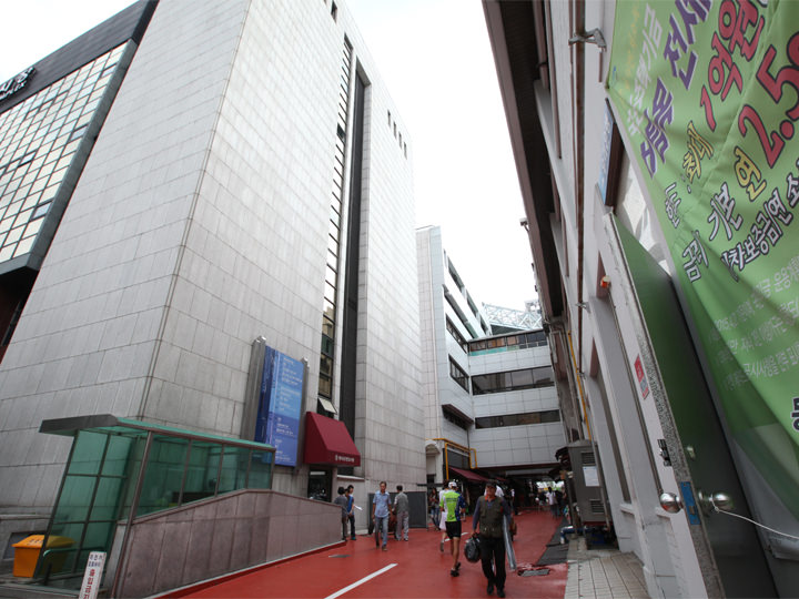 2.東大門ショッピングタウン(N棟)の建物を過ぎたところに各棟を中間でつなぐ細い道があるので、約80m進みます。