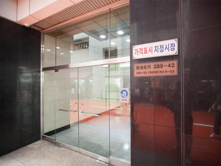 3.「289-42, CHONGNO 6-GA」という住所プレートが貼られた入り口が左側にあります。入った目の前がエレベーター口です。