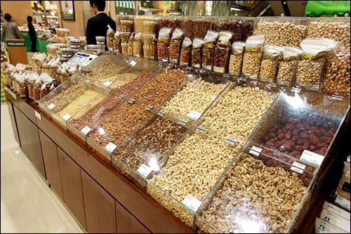 松の実や乾燥ナツメが人気のナッツ売り場