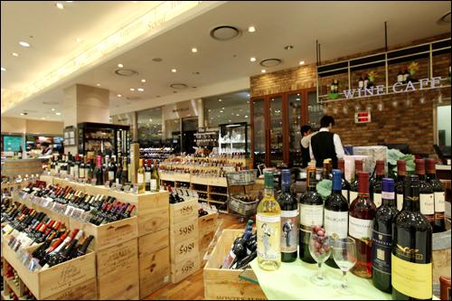 ソムリエが常駐するワイン売り場