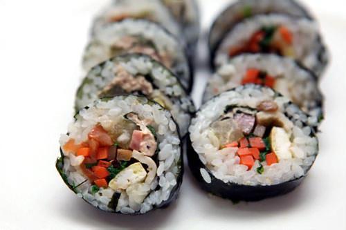 ツナキムパッ(참치김밥) 2,500ウォンツナマヨがもう少し入っていてもいいかも。エゴマの葉が味を引き締めてくれる。たくわん、ほうれん草、ハム、玉子、オデン、ニンジン、ごぼう、エゴマの葉、ツナマヨ