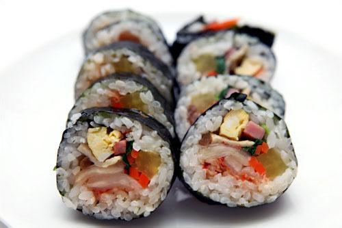 キムチキムパッ(김치김밥) 2,500ウォン思ったよりキムチが辛くなく薄味で、他の具とうまく調和している。たくわん、ほうれん草、ハム、玉子、オデン、ニンジン、ごぼう、キムチ