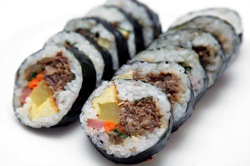 牛肉キムパッ(소고기김밥)2,500ウォンプルコギ(牛肉炒め)のような甘い味付け。肉が多めで肉好きにはおすすめ。たくわん、ほうれん草、ハム、玉子、オデン、ニンジン、ごぼう、エゴマの葉、牛肉