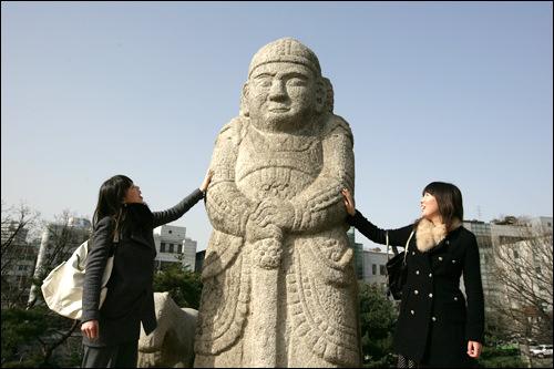 お墓の横にある大きな石像
