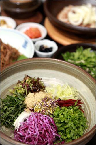 エコパッサン有機野菜をたっぷり味わえるビビンバやチョングッチャンなど、有機野菜たっぷりのヘルシーメニューを楽しめる光化門(クァンファムン)のお店。