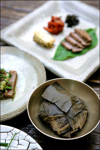 ヌィジョ野草料理でデトックス仁寺洞(インサドン)の野草韓定食のお店。食材だけでなく調味料にも野草を使っており、体にやさしい韓国料理を味わえます。