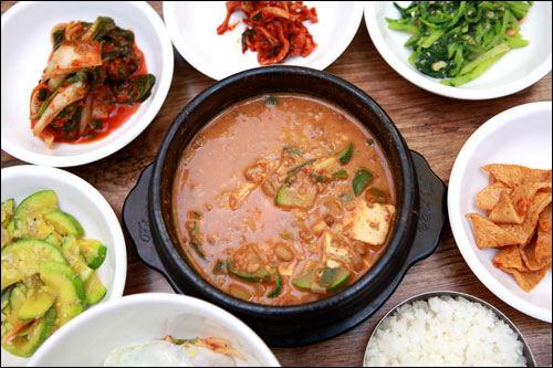 マミーチョングッチャン塩と調味料を使わないチョングッチャン韓国の美容・健康食を代表するチョングッチャンが人気の大学路(テハンノ)のお店。塩と調味料を一切使わない、ヘルシーなチョングッチャンをお試しあれ。