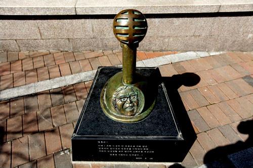 作曲家イ・ヨンフンの碑石(地図7) トルダムキルは同氏作曲の名曲「光化門恋歌(クァンファムンヨンガ)」にも登場
