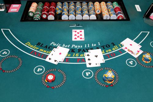 ブラックジャックディーラーとプレーヤーの対戦で、カードの合計数を21に近づけることを競うゲーム