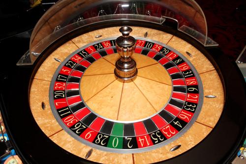 ルーレット回転盤に投げ込まれたボールがどの番号に入るかを当てるゲーム
