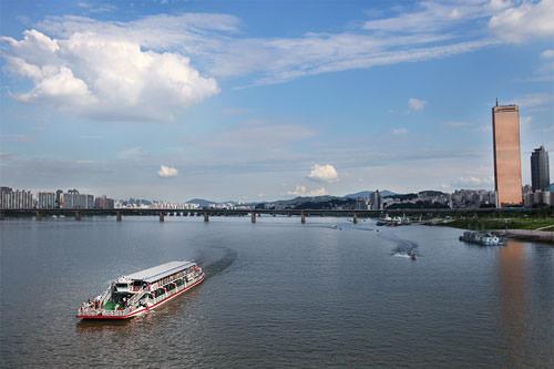漢江前にそびえたつ63ビルディング