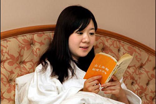 ベッドで読書タイム。まだまだホテルステイを存分に楽しむのだ!