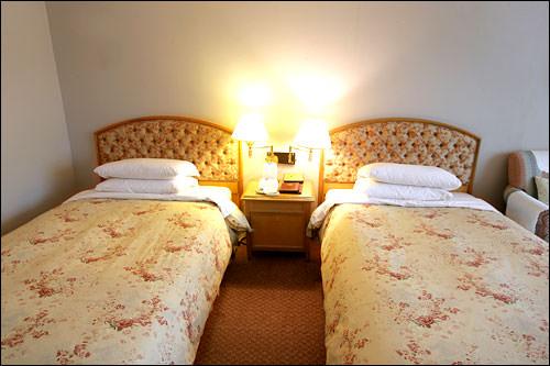 女性好みの花柄のベッドカバー