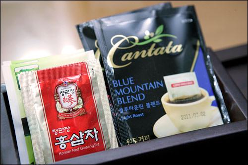コーヒー、緑茶、紅参(ホンサム)茶のティーバッグがサービス