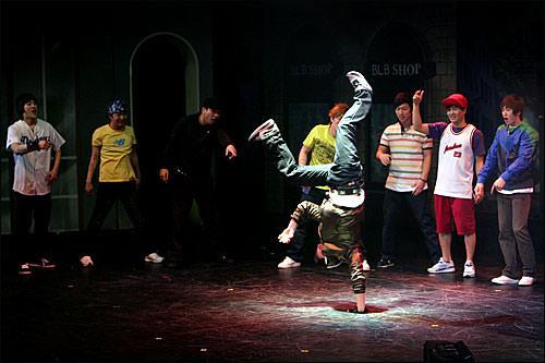 イケメンB-BOYたちのパワフルなダンスは見ものです