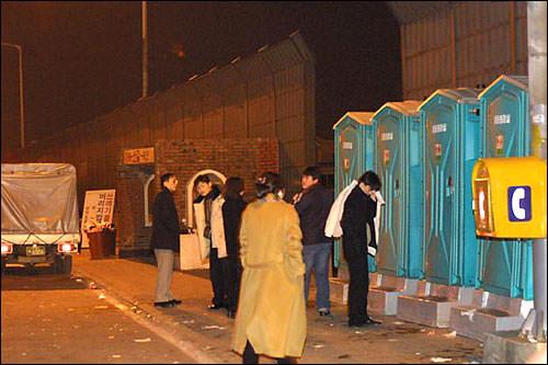 高速道に設置された仮設トイレ。まさに救世主!